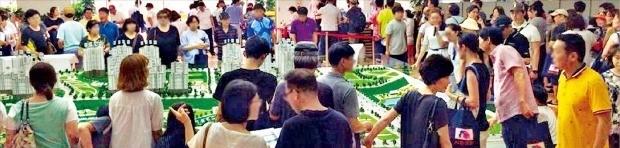 수도권 주요 신도시 내 호수 인근 단지에 청약자들이 몰리고 있다. 지난 18일 1순위 청약을 받은 동탄호수공원 인근 '사랑으로 부영' 모델하우스가 예비청약자들로 북적이고 있다. 부영 제공