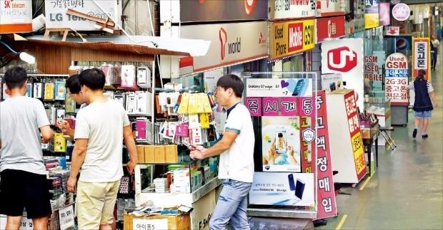 정치권에서 휴대폰 제조사의 판매 장려금을 공개하는 보조금 분리공시제를 도입해야 한다는 법안을 잇달아 내놓고 있다. 19일 서울 용산전자상가에 휴대폰 판매 대리점들이 빼곡히 늘어서 있다. 김범준 기자 bjk07@hankyung.com
