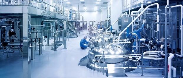 삼성전자는 올 하반기 17조원 이상을 3차원 낸드플래시 메모리와 스마트용 OLED(유기발광다이오드) 패널에 투자한다.