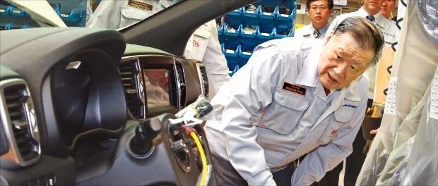 정몽구 현대자동차그룹 회장이 8월3일 슬로바키아 질리나에 있는 기아자동차 유럽 공장을 방문해 생산 차량의 내부를 살펴보고 있다.