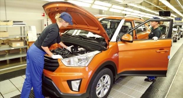 지난 19일 러시아 상트페테르부르크에 있는 현대자동차 공장에서 직원들이 '크레타'의 품질을 점검하고 있다. 김순신 기자