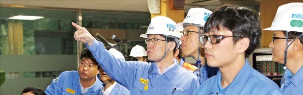 권오준 포스코 회장이 광양제철소 운전실을 찾아 직원들을 격려하고 있다.