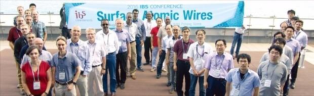 지난 20일 포항 베스트웨스턴호텔에서 열린 IBS콘퍼런스가 끝난 뒤 과학자들이 원자선 구조 모양으로 정렬해 기념촬영하고 있다. IBS 제공