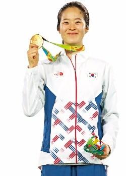 오혜리가 20일(한국시간) 브라질 리우데자네이루 올림픽 여자태권도 67㎏ 결승에서 우승한 뒤 금메달을 들 어 보이고 있다. 연합뉴스