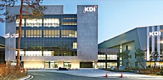 정부세종청사에서 차로 10분가량 떨어져 있는 한국개발연구원(KDI) 본관. KDI의 세종시 이전을 전후로 핵심 연구인력 상당수가 대학과 민간 기업으로 떠났다. 한경DB