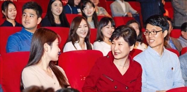 박근혜 대통령이 지난 20일 서울 용산 CGV 영화관에서 '인천상륙작전'을 관람하기 전 일반 관람객과 얘기하고 있다. 청와대 제공
