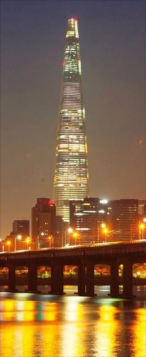 롯데그룹은 12월께 롯데월드타워 공사를 마무리하고 내년 초 전면 개장할 계획이다.