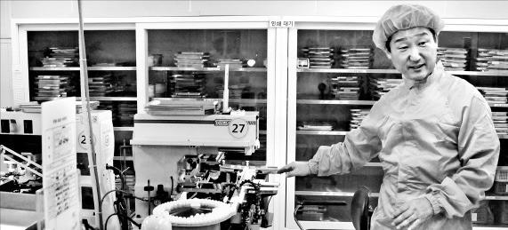 박화성 지오메디칼 대표가 일회용 콘택트렌즈 자동생산공정을 설명하고 있다. 한국산업단지공단 호남본부 제공