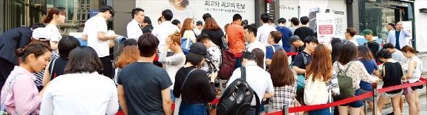 삼성전자 스마트폰 갤럭시노트7이 정식 판매되기 시작한 지난 19일 서울 강남대로 SK텔레콤 T월드 매장에 100여명의 소비자들이 개통을 위해 줄을 서고 있다. SK텔레콤 제공