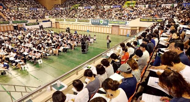대입수시지원설명회가 지난 17일 서울 성동구 한양대학교 체육관에서 열렸다. 종로학원이 주최한 이 행사에는 학생과 학부형 5000여명이 참석했다. 신경훈 기자 khshin@hankyung.com