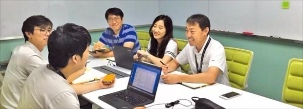 고영테크놀러지의 직원들이 서울 가산동 본사 회의실에서 브레인스토밍 회의를 하고 있다. 고영 제공