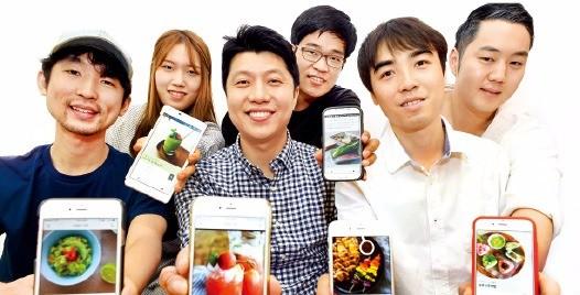 양준규 컬쳐히어로 대표(앞줄 가운데)가 레시피 소개 앱(응용프로그램) '아내의식탁'의 타이머 기능을 설명하고 있다. 김영우 기자 youngwoo@hankyung.com