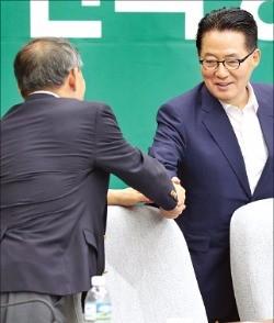 의원총회 시작 전에 악수하는 박지원 국민의당 비상대책위원장(오른쪽)과 황주홍 의원. 연합뉴스