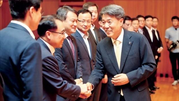 박창민 대우건설 신임사장(오른쪽)이 23일 서울 신문로 대우건설 본사에서 취임식을 마친 뒤 임원들과 악수하고 있다. 대우건설 제공