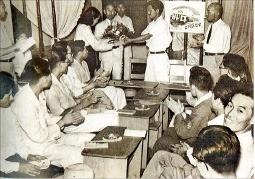 1951년 대구 향촌동 모나미다방에서 열린 이효상의 '바다' 출판기념회. 대구문화재단  제공