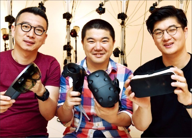 가상현실(VR)용 콘텐츠 개발 회사 리얼리티 리플렉션(RR)을 창업한 노정석 이사(왼쪽)가 손우람 대표(가운데), 김준수 이사와 함께 개발 중인 VR 캐릭터를 소개하고 있다. 허문찬 기자 sweat@hankyung.com