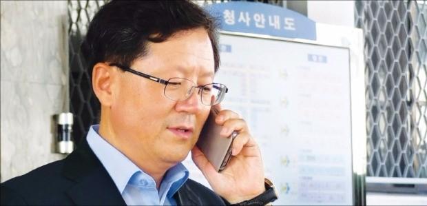 윤갑근 대구고등검찰청 검사장(52·사법연수원 19기)이 23일 특별수사팀장으로 임명된 뒤 휴대폰 통화를 하면서 청사를 나서고 있다. 연합뉴스