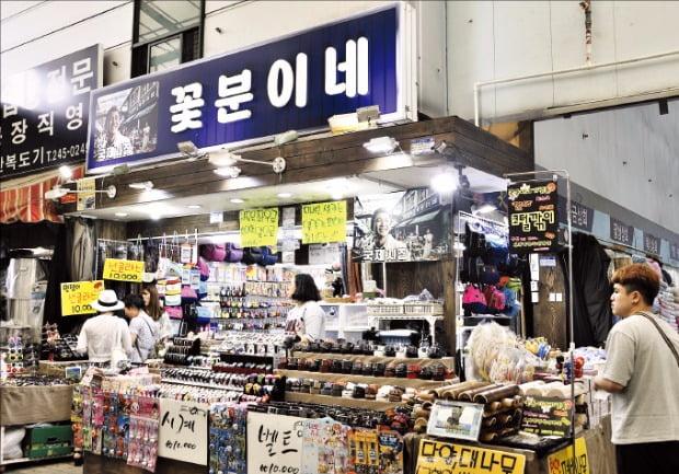 전쟁 피란민의 애환을 상징하게 된 부산 국제시장 '꽃분이네' 가게. 영화 '국제시장'에 소개된 뒤 많은 관광객이 찾는 명소가 됐다.