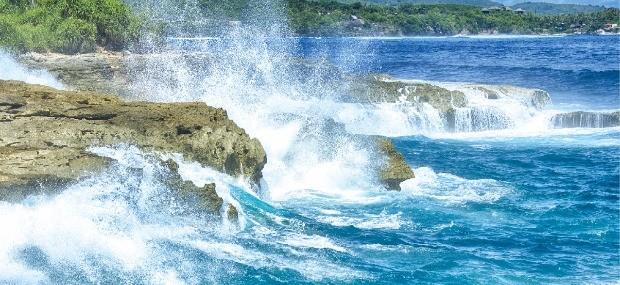 절벽에 부서지는 파도가 인상적인 해변 '악마의 눈물'