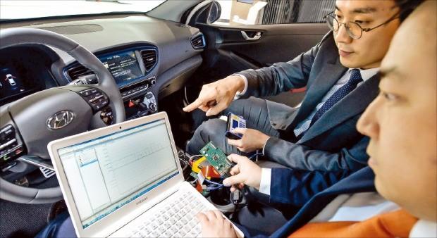 현대자동차 연구원들이 커넥티드카 네트워크 시스템을 점검하고 있다. 현대자동차  제공