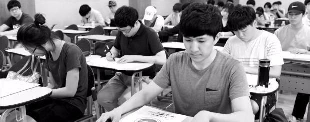 제35회 테샛 시험이 지난 21일 전국 12개 고사장에서 치러졌다. 응시생들이 한국외국어대 고사장에서 문제를 풀고 있다.