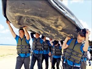 극기훈련에 참가한 크레텍 직원들이 래프팅을 하고 있다.