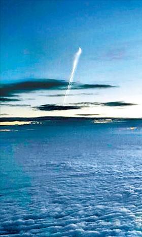 < 천안 상공 구름 위에서 찍은 도발 순간 > 북한이 24일 오전 5시30분께 동해상에서 잠수함발사 탄도미사일(SLBM) 한 발을 쐈다. 북한 SLBM으로 추정되는 물체가 구름을 뚫고 흰 연기를 뿜으며 거의 수직으로 비행하고 있다. 미사일 발사 때 충남 천안 9㎞ 상공을 비행 중이던 김재현 이스타항공 부기장이 이 장면을 포착해 사진을 찍었다. 그는 이 사진을 본지에 제보했다. 김재현 부기장 제공