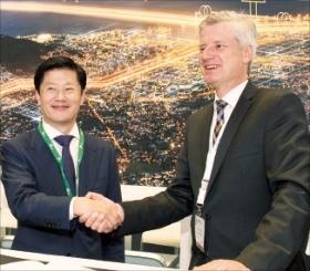 허정석 일진전기 대표(왼쪽)와 독일 지멘스 에너지매니지먼트 사업본부의 랄프 크리스티안 사장이 협약을 맺고 있다. 일진전기 제공