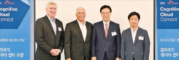 SK㈜와 IBM은 25일 서울 소공동 롯데호텔에서 '판교 클라우드센터 오픈 행사'를 열었다. 왼쪽부터 제프리 알렌 로다 한국IBM 대표, 로버트 르블랑 IBM 클라우드 총괄수석부사장, 이호수 SK ㈜ IT서비스사업장(사장), 이기열 SK㈜ 디지털금융사업부문장. SK㈜ 제공