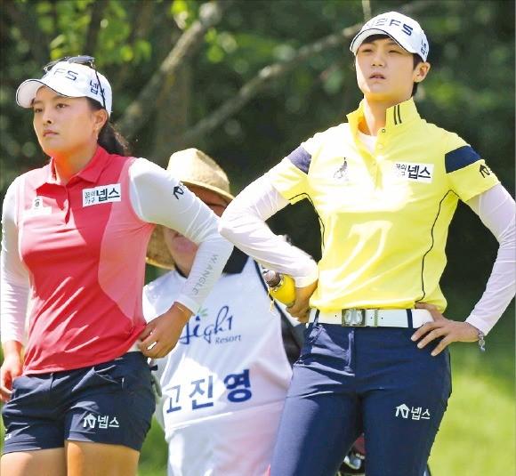 고진영(왼쪽)과 박성현이 25일 열린 하이원리조트 여자오픈 1라운드 2번홀에서 티샷을 하기 위해 코스를 바라보고 있다. KLPGA 제공