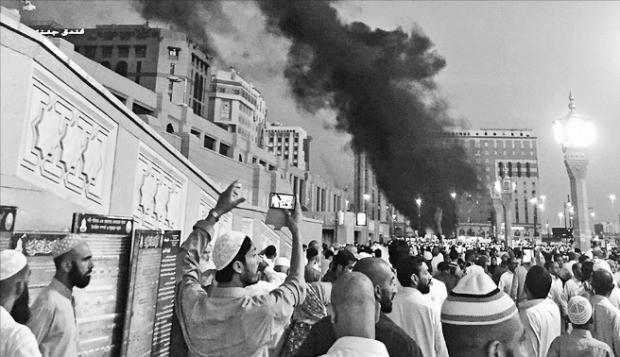 지난달 4일 사우디아라비아 메디나의 이슬람 성지 '예언자의 모스크' 주차장에서 자살폭탄 테러가 발생해 보안요원 네 명이 숨졌다. AP연합뉴스