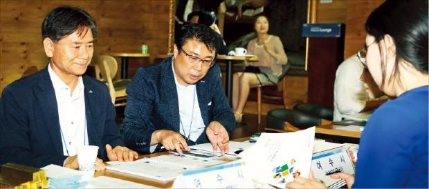 이노철 여수시 기획재정국장(맨 왼쪽) 등 여수시 관계자가 설명회 참가자를 대상으로 상담하고 있다. 서예진 한경텐아시아 기자 yejin0214@tenasia.co.kr