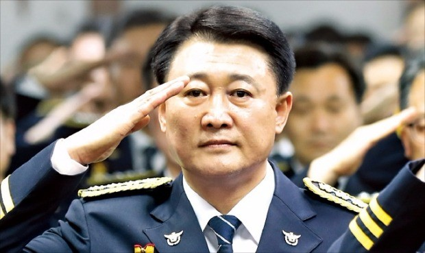 이철성 경찰청장이 지난 24일 서울 서대문구 경찰청에서 열린 취임식에서 국기에 대한 경례를 하고 있다. 연합뉴스