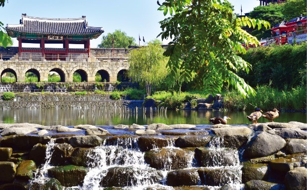 수원천의 북쪽에 세운 수문으로 다양한 기능과 멋진 외관을 갖고 있다. 화홍문이란 편액을 달았다.