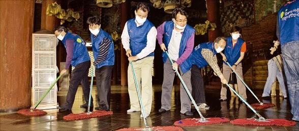 SK네트웍스 임직원이 서울 창덕궁에서 문화재 정화활동을 하고 있다.