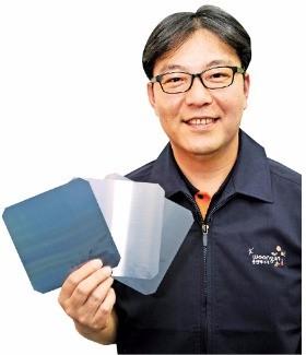 신광수 웅진에너지 사장이 주력 제품인 태양광 웨이퍼를 들어보이며 투자계획을 설명하고 있다. 웅진에너지 제공