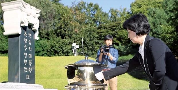 추미애 더불어민주당 대표가 29일 국립 서울현충원에 있는 박정희 전 대통령의 묘소를 참배하고 있다. 연합뉴스