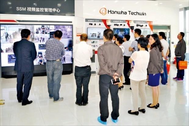 지난 25일 중국 톈진시 한화테크윈 톈진법인에서 열린 '한화데이'에 참석한 고객들이 전시 공간을 둘러보고 있다. 한화테크윈 제공