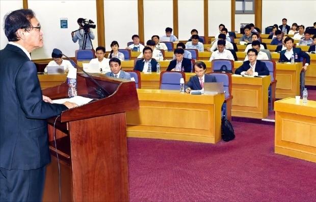 정유섭 새누리당 의원(왼쪽)이 29일 국회의원회관 제1소회의실에서 주최한 '해양 강국 포럼'에서 참석자들이 법정관리 위기에 처한 한진해운의 처리 방안에 대해 토론하고 있다. 허문찬 기자 sweat@hankyung.com