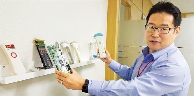 류정원 힐세리온 대표가 휴대용 초음파 진단기인 '소논'의 장점을 설명하고 있다.  김근희  기자