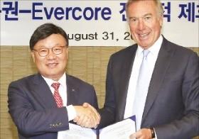 김원규 NH투자증권 사장(왼쪽)과 랄프 숄스타인 에버코어 대표가 31일 NH투자증권 본사에서 전략적 제휴를 맺고 기념촬영하고 있다.