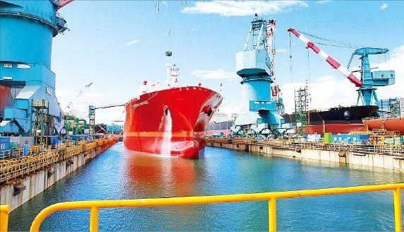 < 빈 도크 물로 채워… > 현대중공업 제4도크 전경. 선박을 보수하는 용도로 전환해 사용되고 있고, 11월부터는 바닷물을 채워 안벽으로 전환할 계획이다. 현대중공업 제공