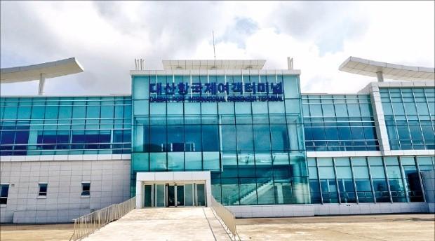 중국 룽청시 룽옌항을 잇는 국제여객선이 취항하는 대산항 국제여객터미널. 서산시 제공
