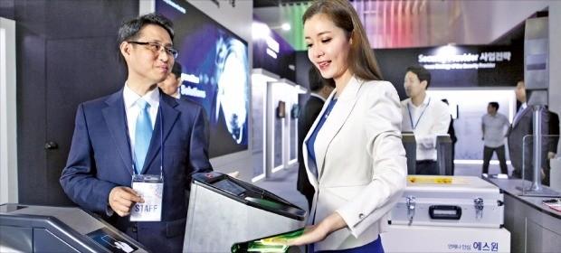 31일 서울 호암아트홀에서 열린 '제4회 시큐리티 솔루션 페어'에서 행사 주최 측이 비접촉 지문인식기 시스템을 시연하고 있다. 에스원 제공