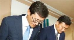 정병하 대검찰청 감찰본부장(왼쪽)이 검찰 개혁방안 발표에 앞서 인사하고 있다. 연합뉴스