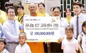 정지원 한국증권금융 사장(왼쪽 첫 번째)이 30일(현지시간) 캄보디아 프닛 희망학교에 지원금 1억원을 전달한 뒤 관계자들과 기념촬영 하고 있다.