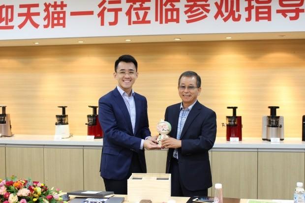 휴롬 김영기 회장(오른쪽)과 인찡 알리바바 디지털가전부문 총재가 전략적 파트너 관계를 맺고 선물을 주고받고 있다. 휴롬 제공