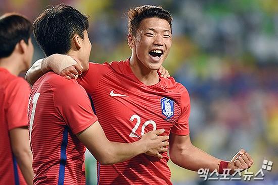 독일 축구 국가대표팀을 상대로 선제골을 넣은 황의찬이 동료들과 함께 기쁨을 만끽하고 있다.