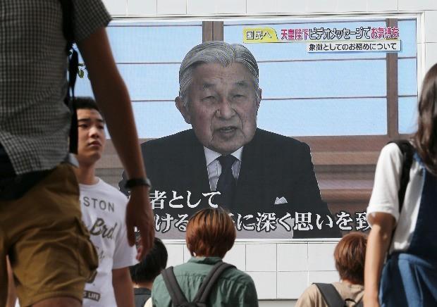 아키히토 일왕이 살아 있는 동안 왕위를 물려주겠다고 발표하는 모습이 8일 도쿄 신주쿠역 앞 건물에 설치된 대형 전광판으로 중계되고 있다. 도쿄AP연합뉴스