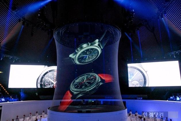 31일(현지시간) 독일 베를린 템포드롬에서 삼성전자가 대형 발광다이오드(LED) 스크린과 홀로그램 기법을 활용해 최신 스마트워치 '기어 S3'를 소개하고 있다. / 사진=삼성전자 제공